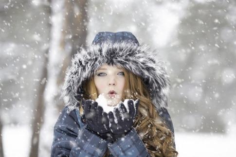 Frau mit Mantel im Schnee