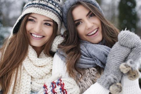 Zwei Frauen mit Schals im Winter