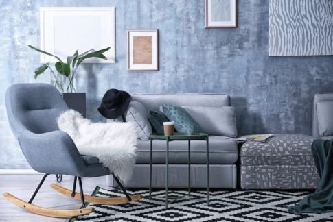 Ein Wohnraum wurde mit verschiedenen Blautönen gestaltet