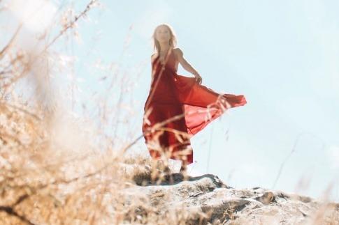 Eine Frau auf einem Felsen strahlt Würde aus