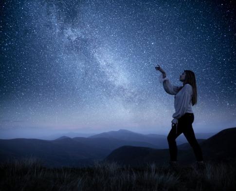 Frau unter Sternenhimmel