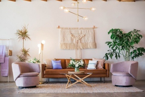 Ein Wohnzimmer ist hell und freundlich gestaltet