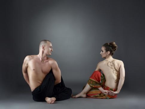 Ein Paar macht eine Yoga Übung