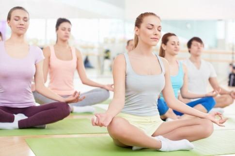 Frauen machen Yoga Übungen zum Entspannen