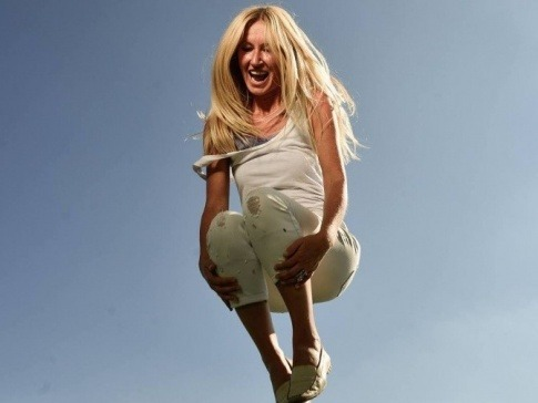 Yvonne van Dyck hüpft motiviert in die Höhe