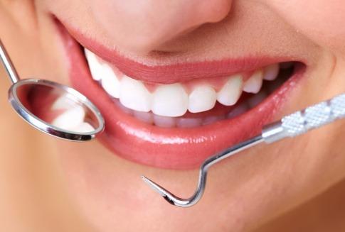 Mund mit Zahnarztgeräten