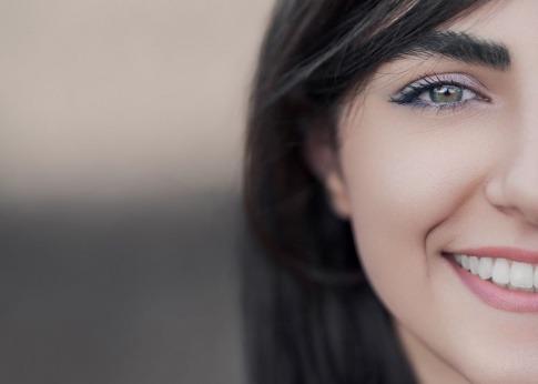 Eine Frau hat schöne Zähne und vielleicht Implantate
