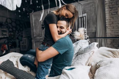 Ein Paar aus Mann und Frau liegen im Bett