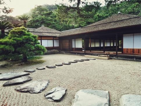 Ein Garten ist nach Zen eingerichtet
