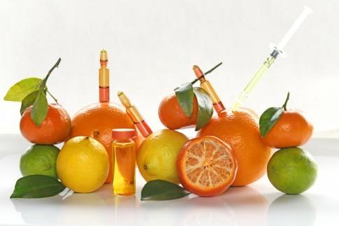 Zitrusfrüchte mit Vitamin C, Spritzen und Ampullen