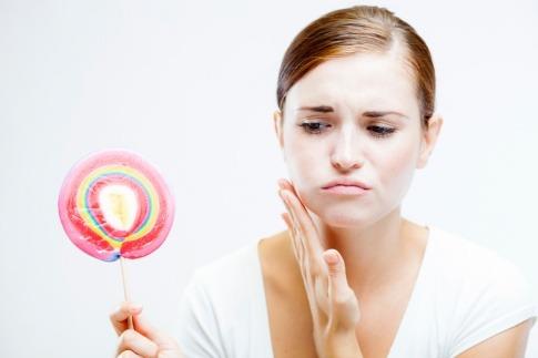 Eine Frau hat wegen Zucker Probleme mit den Zähnen