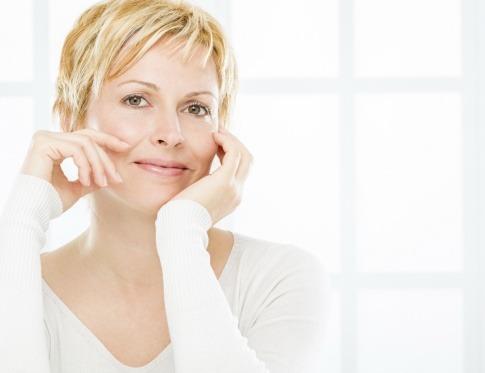 Eine blonde Frau sieht zufrieden aus