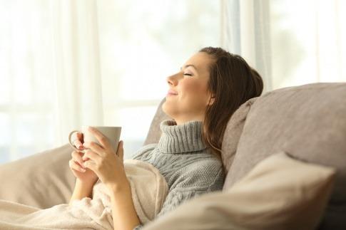 Eine Frau scheint sich zuhause wohlzufühlen