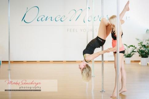 Zwei Frauen üben das Tanzen an der Stange