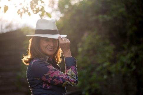 Eine Frau mit Hut ist gesund und lächelt