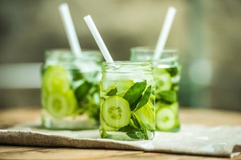 Kühlende Gurken sind im Wasser in Gläsern zum Trinken