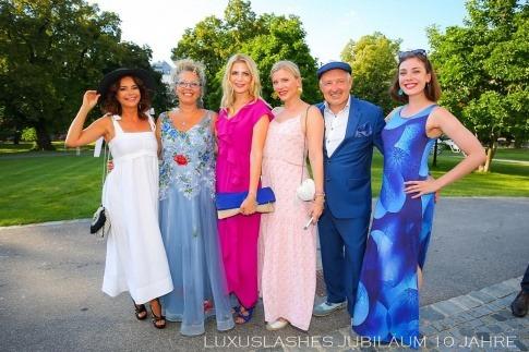 Regina und Henryk Foltynek mit Gästen bei der Jubiläumsfeier von Luxuslashes