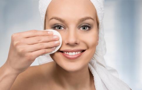 Die gründliche Reinigung der Haut von Make-up verhindert Mitesser