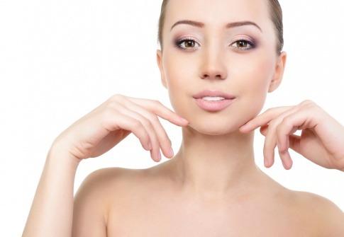 Eine Frau macht Übungen gegen Falten im Gesicht