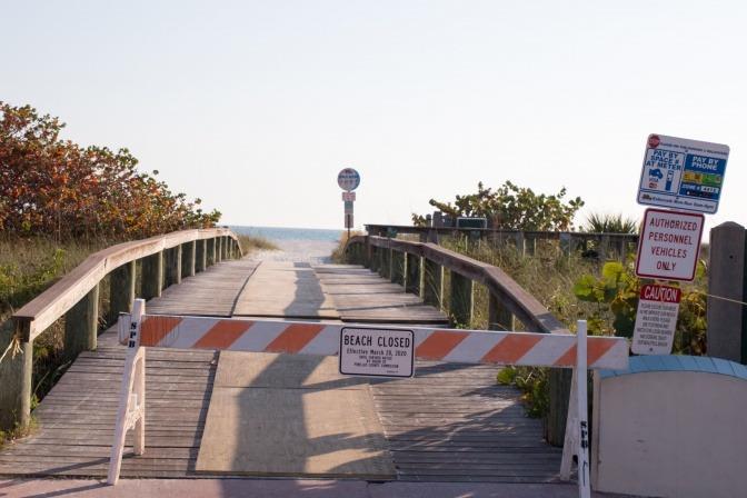 Eine Brücke, vor der diverse Schilder stehen, die auf deren Schließung verweisen.