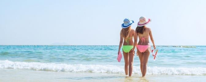Frauen tragen verschiedene Bikini-Modelle