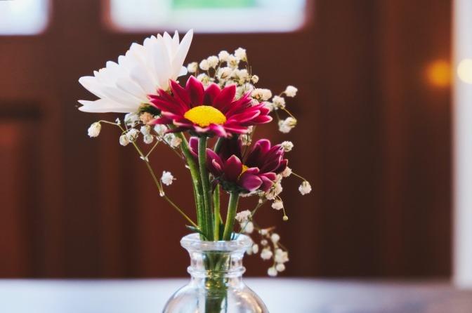 Eine Nahaufnahme eines selbstgemachten Blumenstraußes.