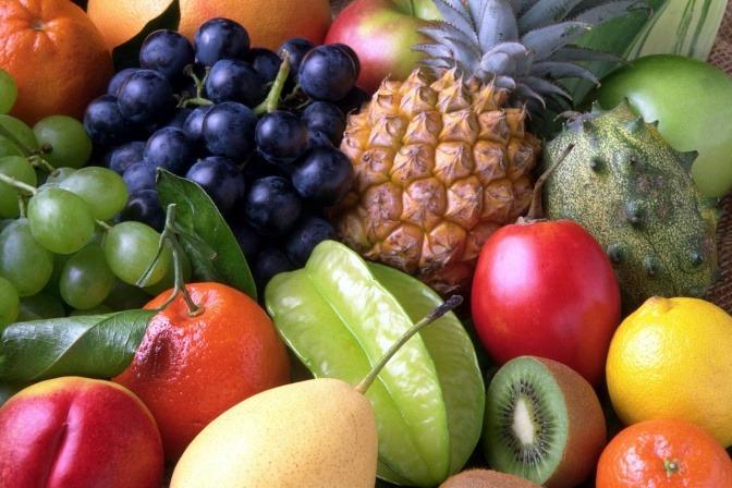 Exotische Früchte liegen nebeneinander