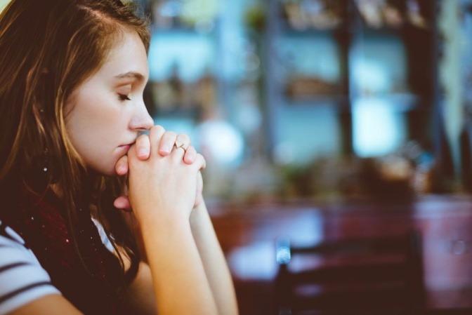 Eine Frau betet in der Kirche