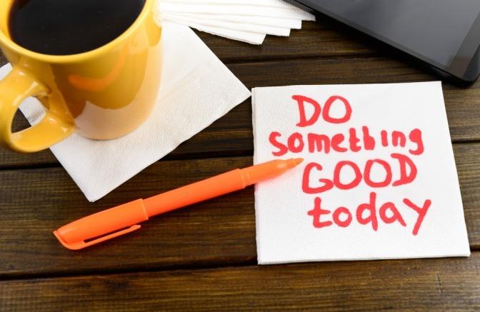 Auf einer Notiz steht Gutes tun