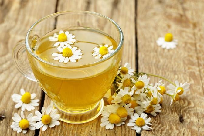 beliebtes Hausmittel ist Kamilentee, es beruhigt die Haut und wirkt desinfizierend