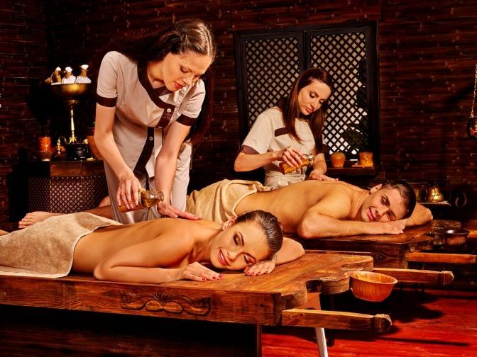 Massageöl wird auf eine Frau gegossen