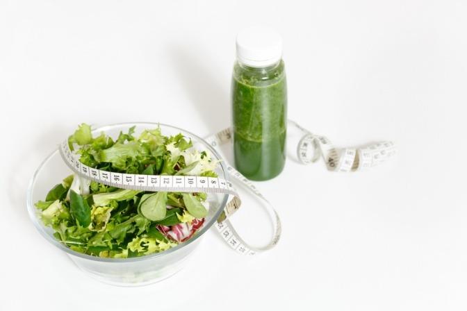 Salt und grüner Smoothie mit Maßband