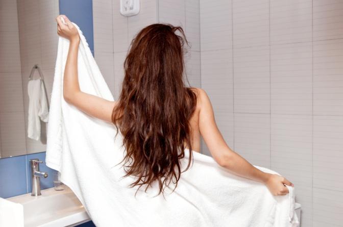 Eine Frau mit Inkontinenz trocknet sich ab