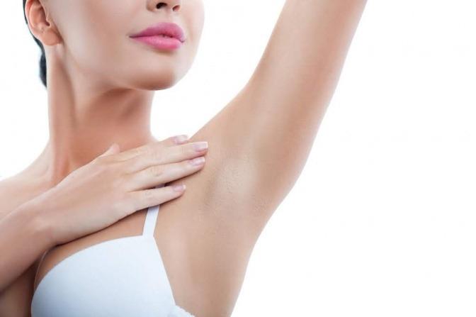 Bei einer Hyperhidrose schwitzt man an bestimmten Stellen des Körpers übermäßig.