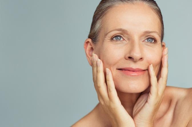 Ältere Frau mit glatter Haut