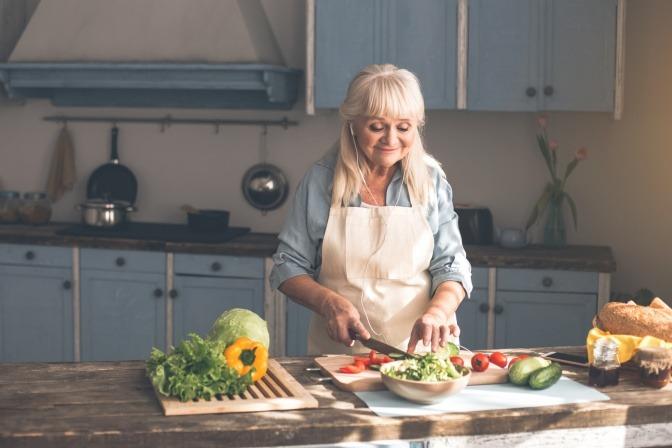 Eine ältere Frau kocht
