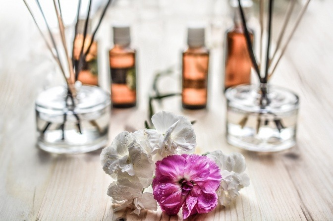 Auf einem Tisch stehen ätherische Öle (Immunsystem stärken möglich)