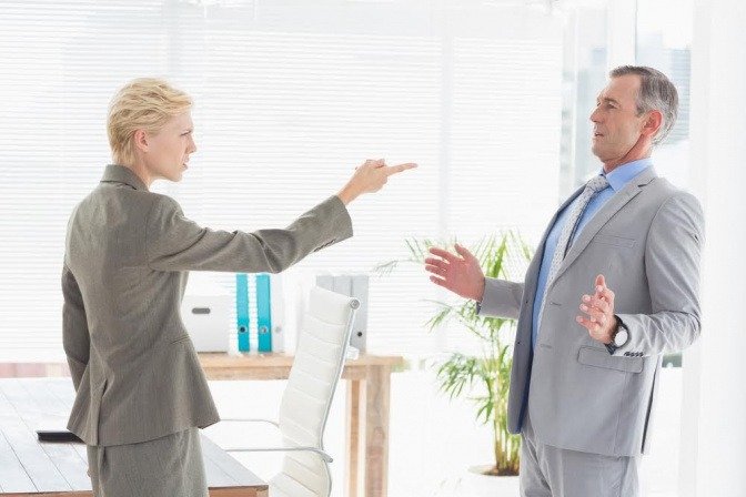 Ein Paar streitet sich, die Frau zeigt mit ausgestrecktem Arm auf den Mann.