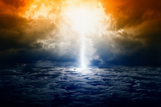 Wolken mit Sonneneinstrahlung als Symbol für Akasha