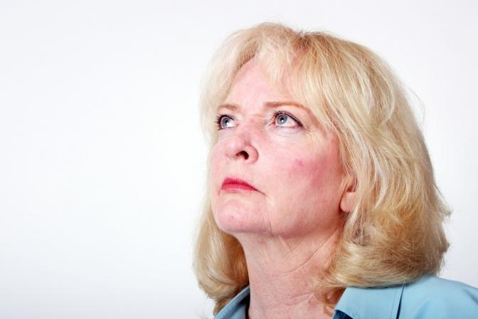 Eine Frau hat Akne Rosacea