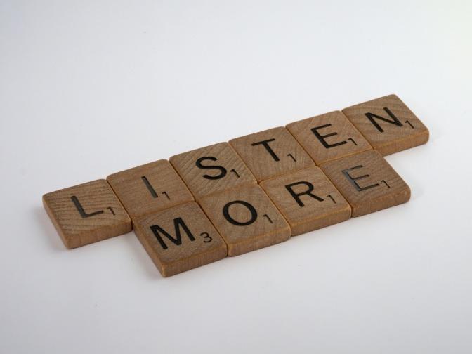 Buchstaben auf Holzblöcken ergeben den Ausspruch: listen more.