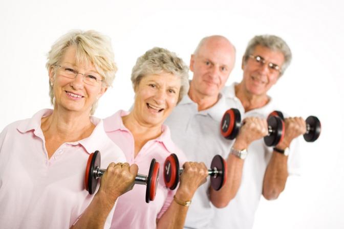 Alte Menschen machen Krafttraining mit Hanteln