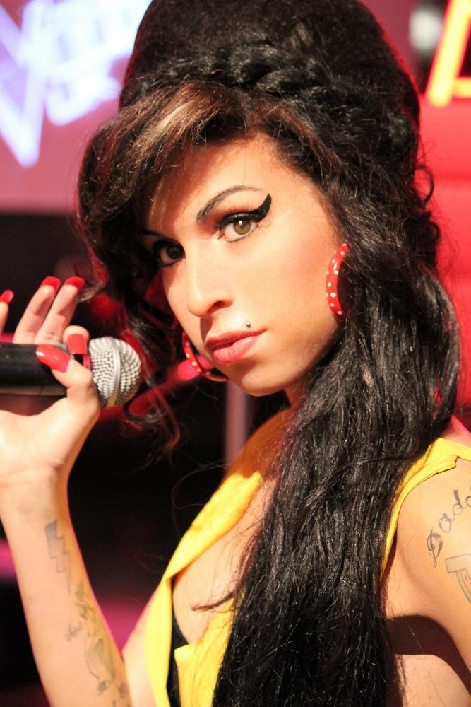 Amy Winehouse hält ein Mikro in der Hand