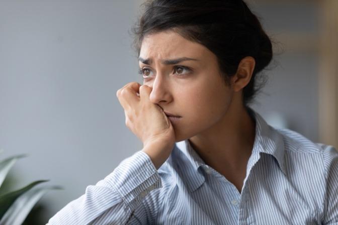 Traurige junge Frau mit einem nachdenklichen Gesicht.