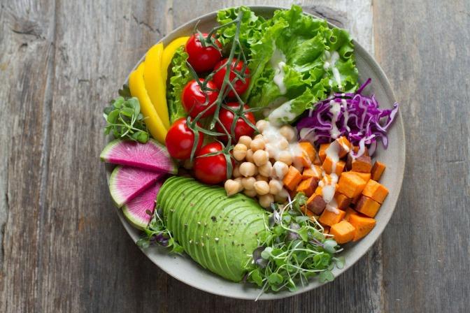 Gesundes Essen liegt in einer Schüssel