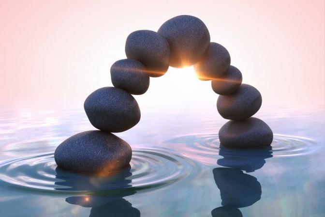 Steinbogen im Wasser als Symbol für Ayurveda