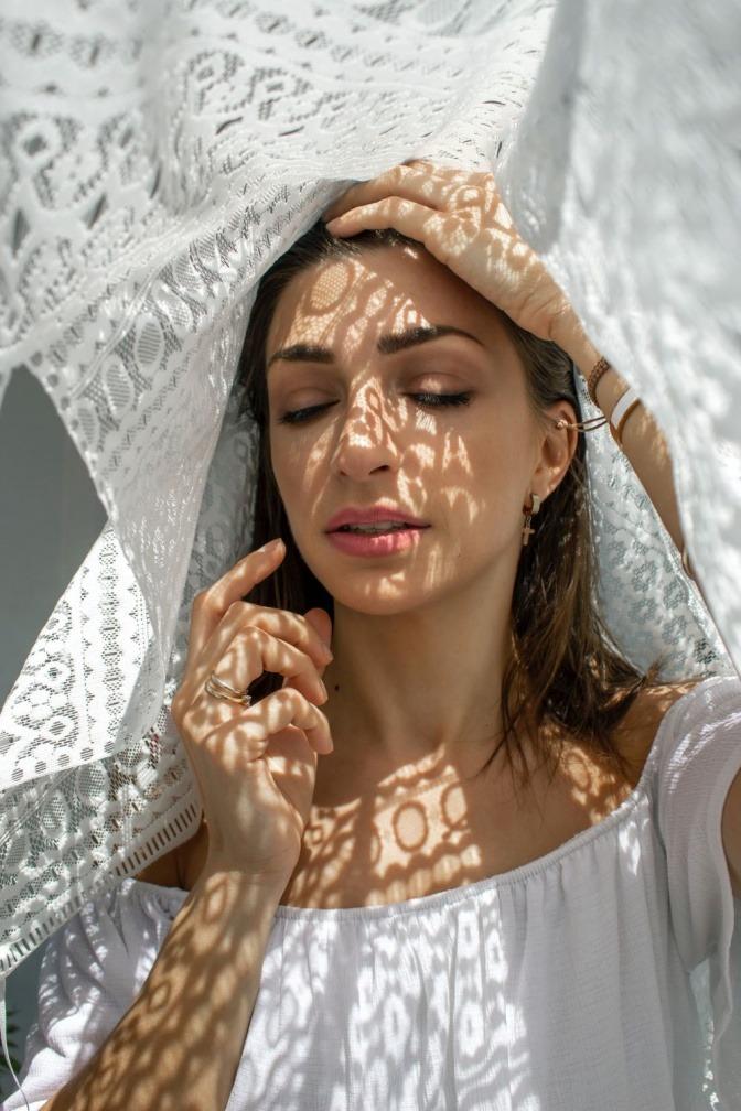 Frau schützt ihre Haut durch Sonnenhut