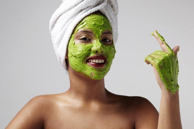 Eine Frau ist dabei, eine Anti-Pickel-Maske selber zu machen