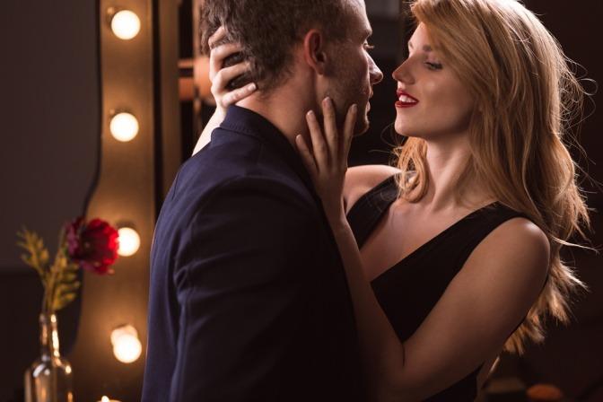 Eine Frau steht aphrodisierend bei einem Mann