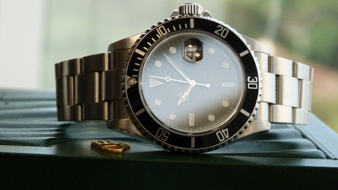 Eine Armbanduhr von Rolex, die im Trend liegt